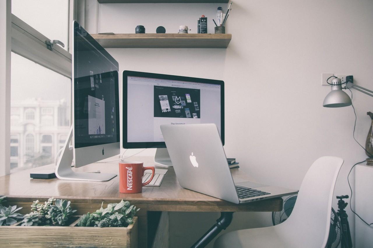 倪爽。窗前明亮的工作环境。苹果电脑。苹果笔记本